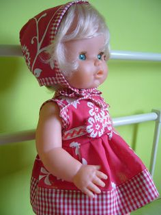 Vestido de muñeca en vichy Baby Doll Clothes, Baby Dolls, Doll Making Tutorials, Baby Born, Doll Accessories, Couture, Gingham, Sewing, Handmade