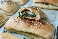 Mini-calzones med spinat og feta A Food, Food And Drink, Bagel, Feta, Tapas, Brunch, Veggies, Pizza, Snacks