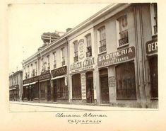 Los mejores almacenes de #Chile estaban en #Valparaíso. Comercio en calle Esmeralda, c1900.