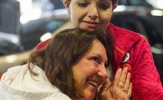 O mamă în lacrimi ascultă inima fiului ei decedat batând în interiorul altei persoane
