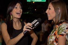 Caterina Valentino entrevistando a Mafe Vera en el desfile lanzamiento de #MelaoVerano2013 en Caracas