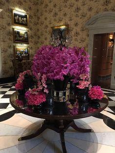 Majestuoso arreglo de flores en el lobby de un hotal de lujo en el Reino Unido.