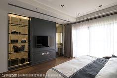 電視牆與後方的更衣室相連,並運用新古典的對稱元素及噴砂造型,於左右兩側以穿透玻璃呈現。