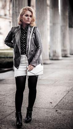 Mode Inspiration - Cooles Silvester Outfit mit Mini Rock, Glitzer Blazer, Bluse und Stiefeln - Der perfekte Silvester Look für Damen mit Wow-Effekt! Jetzt entdecken auf CHRISTINA KEY - dem Fotografie, Blogger Tipps, Rezepte, Mode und DIY Blog aus Berlin, Deutschland