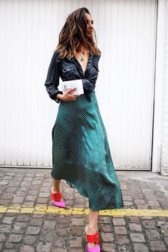 We love helping you plan first-date outfits, and this time around, we found the best looks to copy for a fall date. Midi Rock Outfit, Slip Dress Outfit, Dress Outfits, Dresses, Midi Skirt Outfit Casual, Rock Outfits, Dance Outfits, First Date Outfits, Spring Outfits