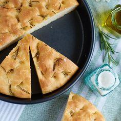 Rezept für ein einfaches super softes Rosmarin Focaccia mit über-Nacht-Option (Teig am Vorabend vorbereiten, am nächsten Tag das Focaccia backen).