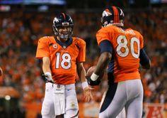 4NFL第1週、デンバー・ブロンコス(Denver Broncos)対インディアナポリス・コルツ(Indianapolis Colts)。タッチダウンを決めたジュリアス・トーマス(Julius Thomas、右)を祝福するデンバー・ブロンコスのペイトン・マニング(Peyton Manning、2014年9月7日撮影)。(c)AFP=時事/AFPBB News