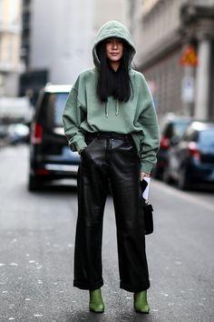 hoodie street style Attendees at Milan Fashion Week Spring 2019 - Street Fashion European Street Style, Look Street Style, Street Style Trends, Spring Street Style, Casual Street Style, Street Style Looks, Street Style Women, Cool Street Fashion, Spring Street Fashion