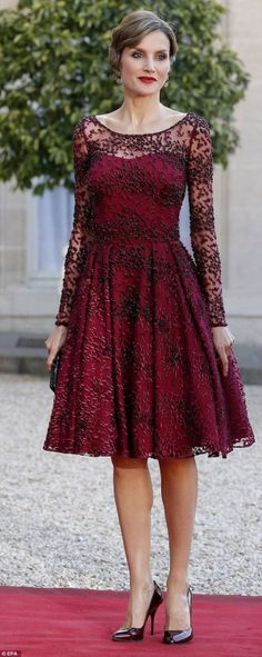 Pretty in plum! Queen Letizia looks chic in heavily-embellished dress - Lady Style Estilo Real, Princess Letizia, Queen Letizia, Queen Maxima, Glamour, Pretty Dresses, Beautiful Dresses, Jw Mode, Style Royal
