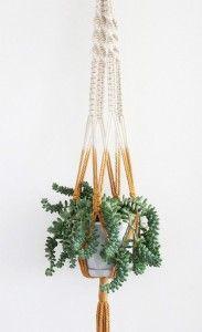 suspension pour plante en traphilo avec perle en bois et pompon de laine couleurs douces le. Black Bedroom Furniture Sets. Home Design Ideas