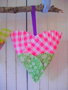 tulip - flower- heart paper basket made from larger muffin / cupcake liners nestle into smaller green cupcake papers.  http://romulyylinjoulukuu.blogspot.fi/2012/10/muffinssivuokasydamet.html