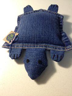 Diese Upcycled Schildkröte wird mit blau Denim (eine Tasche und andere kleine Denim-Stücke), Filz (Augen), Baumwollfaden und recyceltem Polyester