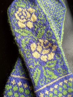 Yellow Roses mittens by Ravelry user Blanched.  Pattern: Ukrainian Roses by Natalia Moreva  http://www.ravelry.com/patterns/library/ukrainian-roses