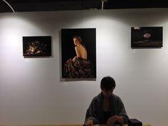 Laure Fauvel. Jeune photographe primée cette année. Amoureuse du clair-obscur. Et d'une discrète réinterprétation des codes très anciens de la composition et de la lumière. FOTOFEVER 2014 au Carrousel du Louvre - PARIS - www.coandco.fr/