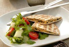 ELABORACIÓN: Mezclar en un bol las judías rojas hervidas, las aceitunas picadas, el cilantro, el queso rallado y sazonar con sal y pimienta. Batir toda la mezcla y la crema...