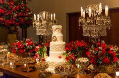 Decor luxo nas cores vermelho e dourado Beauty And The Beast Theme, Beauty And Beast Wedding, Quince Decorations, Wedding Decorations, Table Decorations, Masquerade Theme, Desert Table, Amazing Wedding Cakes, Reception Party