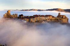 Frías (Burgos) - летающий город. Это наверное самый маленький город в Испании, 265 жителей, расположен на холме La Muela, вдоль реки Эбро, у подножия пика Humión. Здесь практически всегда можно полюбоваться густой облачной дымкой, обрамляющей город.
