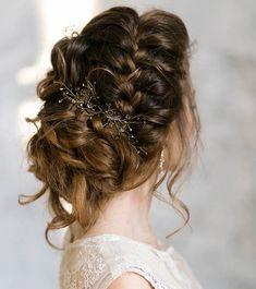 Lockere Hochsteckfrisur mit einem schmalen Zopf, goldener Haarschmuck mit kleinen Kristallen, kastanienbraune Haare