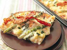 アスパラガスと目玉焼きのピッツァ | オッキオ・ディ・ブーエ(牛の目)と呼ぶ目玉焼きの黄身をくずし、アスパラガスやベーコンをつけて、召し上がれ。