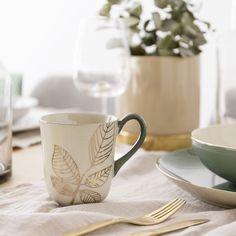 Daun taza | Disfruta de tu café por las mañanas.  Daun es una bonita taza de cerámica con asa y filo en color verde y un bonito dibujo botánico en dorado. Una pieza muy especial para completar tu vajilla y disfrutar de los desayunos. Bowls, Mugs, Tableware, Photography, Furniture, Ideas, Decorating Cups, Home Decorations, Vases