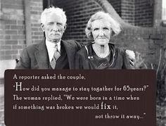 """Um repórter perguntou ao casal, """"qual o segredo para manterem-se unidos por 65 anos?"""" A Sra. respondeu, """"somos do tempo em que quando algo quebrava nós consertávamos, não jogávamos fora..."""""""