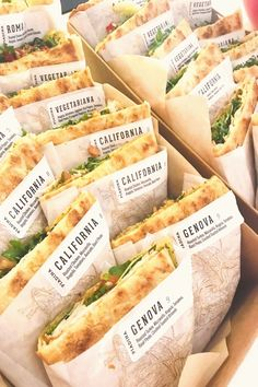 健康的な食事 健康的な食事 in 2020 Sandwich Bar, Boutique Patisserie, Bistro Food, Good Food, Yummy Food, Food Packaging Design, Cafe Food, Snacks, Food Design