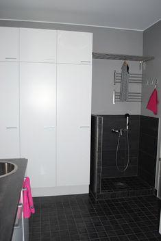 Kodinhoitohuone ja arkieteinen | Modernisti kodikas | Idealista Mudroom, Laundry Room, Sweet Home, Bathtub, Bathroom, Standing Bath, Washroom, Bathtubs, House Beautiful