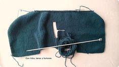 Con hilos, lanas y botones: DIY jersey con capucha para bebé paso a paso (patrón gratis) Baby Kimono, Pull Bebe, Baby Vest, Baby Knitting Patterns, Pulls, Knitted Hats, Pullover, Crochet, Sweaters