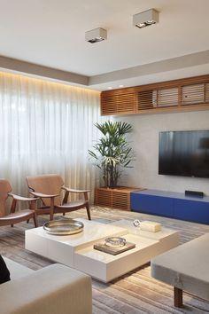 Combinação de azul e madeira, ideal para esse apartamento com vista pra praia.
