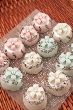 Small Cakes, no recipe or link that works but so very pretty! Cookie Desserts, Cupcake Cookies, Dessert Recipes, Cupcakes, Pretty Cakes, Beautiful Cakes, Amazing Cakes, Eid Cake, Mini Tortillas