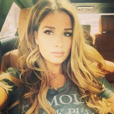 Jessie James Decker so if i had my own stylist make up artist and lighting i would look like this lol Jessie James Decker Hair, Jesse James Decker, Dark Hair, Blonde Hair, Cool Hair Color, Hair Colors, Messy Hairstyles, Hairdos, About Hair