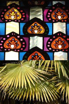 Als vitralls de la planta noble trobem representada la palmera més clàssica.  La seva simbologia és la victòria. Victoria, Architecture