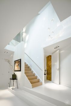 A bright white hall of a newly built home. Design and realization by the architects and stylists of Kabaz. Loft House, House Stairs, Modern Staircase, Staircase Design, Stairs And Doors, Modern Home Interior Design, Elegant Kitchens, Future House, Building A House