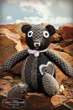 B&W three cats shwe-shwe teddy Three Cats, Little People, Teddy Bear, Dolls, Kids, Crafts, Animals, Baby Dolls, Young Children