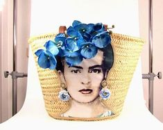 Frida Kahlo straw shoulder bag with leather straps OOAK designed and decorated by yours truly. All measurements are approximate, as this straw bag is woven by hand Height 33 cm + 31 cm shoulder straps Width 51 cm Mexico Dress, Diy Beauty Projects, Tree Bag, Ibiza, Straw Handbags, Market Baskets, Round Bag, Craft Bags, Basket Bag