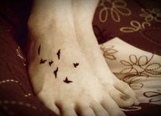 One of the common and most popular tattoo designs are birds tattoo designs. Henna Pie, Tatoo Henna, Get A Tattoo, Small Tattoo, Bird Tattoo Foot, Black Bird Tattoo, Tatuajes Tattoos, Bild Tattoos, Future Tattoos