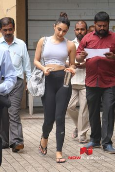 Kiara Advani snapped in Andheri Pictures Bollywood Girls, Indian Bollywood, Bollywood Celebrities, Bollywood Fashion, Bollywood Actress, Beautiful Indian Actress, Beautiful Actresses, Hot Actresses, Indian Actresses