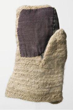SU5332:50 Nalbound made right-hand mitten. Completed in white wool yarn, large fabric patch sewn to palm....  Kinnasneulatekniikalla valmistettu oikean käden lapanen. Valkoisesta villalangasta tehdyn lapasen kämmeneen on ommeltu suuri sininen kangaspaikka, peukaloon ja kämmensyrjään harmaa paikka.  National Museum of Finland Suomen kansallismuseo