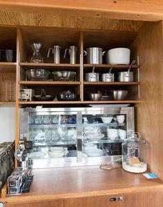 キッチン用品にも、機能美を追求。下はステンレスの業務用キッチンキャビネット。 Kitchen Pantry, Liquor Cabinet, Room Decor, Contemporary, Storage, Interior, Pantries, Earthy, Life