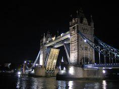 Voir tower Bridge en action Mille, Tower Bridge, Action, Travel, London, Things To Make, Group Action, Viajes, Destinations