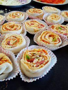 Pizzabullar är barnens favorit mellanmål och lunch. Riktigt goda att äta dem som de är eller som ett tillbehör till soppan. Perfekta att frysas in. Raw Food Recipes, Great Recipes, Cooking Recipes, Food Porn, Zeina, Swedish Recipes, Recipe For Mom, Finger Foods, I Foods