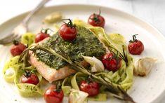 Zalmfilet met pesto en kerstomaten Pasta, Guacamole, Spaghetti, Meat, Chicken, Cooking, Ethnic Recipes, Food, Kitchen