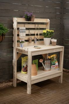 65 DIY Potting Bench Plans (Completely Free) If you're tired of starting seeds on the kitchen counter, use these free, DIY potting bench plans to build your own outdoor potting station! Station D'empotage, Potting Station, Pallet Potting Bench, Potting Tables, 2x4 Bench, Pallet Sofa, Palet Bench, Pallet Hutch, Pallet Bench Diy