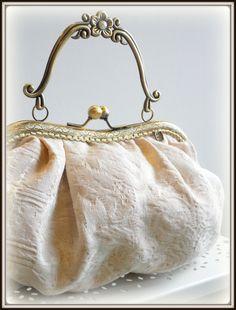 Frame bag by LolitaSalá. Vintage Purses, Vintage Bags, Vintage Handbags, Designer Purses And Handbags, Diy Bags Purses, Diy Handbag, Diy Purse, Bridal Handbags, Tote Handbags