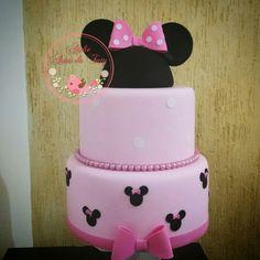 Bolo minnie rosa  #bolorosa #bolominie #festaminnie #bolobiscuit #fakecake #bolo #porcelanafria
