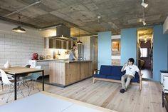 こちらのリビングは天井はコンクリート、水回りの壁は爽やかな水色、床は足場板を張るこだわりぶり。素材を生かしたお部屋づくりの好例!