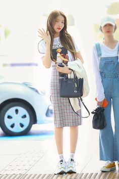 Airport Fashion Kpop, Kpop Fashion Outfits, Edgy Outfits, Korean Outfit Street Styles, Korean Style, Asian Celebrities, Skirt Fashion, Style Fashion, Airport Style
