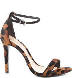 A inspiração é super 90's. A sandália de tiras, salto alto e fino da década, inspiravam visuais femininos e com toques de sensualidade na medida certa. A tira ajustável no tornozelo é delicada, assim