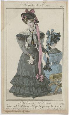 Anonymous | Petit Courrier des Dames, 1826, No. 439 : Robe de Barège garnie de Volans..., Anonymous, Dupré (uitgever), 1826 | Vrouw gekleed in een japon van barège, afgezet met gerimpelde stroken stof en een rouleaux van satijn. Lange doorzichtige mouwen over korte pofmouwen. Fichu van Blonde (kloskant), onder het ceintuur doorgestoken. Hoed van fluweel, versierd met lange linten. Verdere accessoires: oorbellen, collier met hanger in de vorm van een kruis, armbanden om beide polsen…