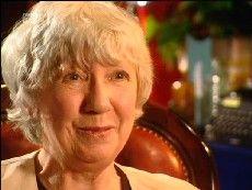 """Caroline Grahams Inspector Barnaby ist nicht nur vielen Krimilesern, sondern auch einem weltweiten Fernsehpublikum ein Begriff. Seit 1987 ermittelt er im ländlichen England und gleich sein erster Fall """"Die Rätsel von Badger's Drift"""" wurde zu einem vollen Erfolg für Caroline Graham: Die britische Vereinigung der Krimi-Schriftsteller CWA kürte das Buch als einen der 100 besten Krimis aller Zeiten."""